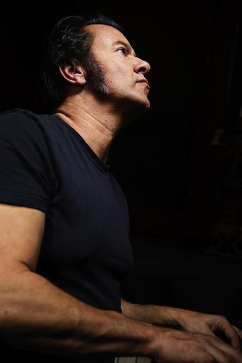 Il cantautore cuneese Andrea Giraudo apre il concerto di Steve Hill a Brescia