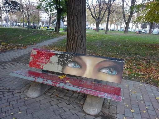 Una panchina rossa in dono alla città (qui quella dipinta un anno fa in piazza Roma), tra le iniziative in programma a Bra per la Giornata Internazionale contro la Violenza sulle Donne