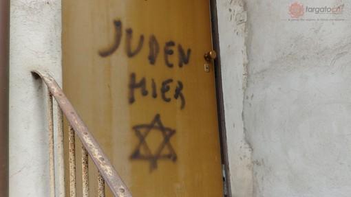 """""""Juden Hier"""" sulla porta di casa di Lidia Rolfi a Mondovì: dopo un anno, nessun responsabile"""