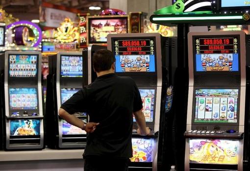 Gioco d'azzardo, sospesa in Consiglio regionale la proposta Leone: da lunedì tavolo in maggioranza, 15 giorni per la soluzione