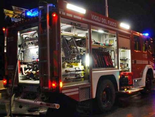 Incendio sterpaglie a Montaldo Roero nella notte, intervento di vigili del fuoco e Aib