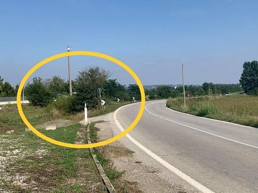 La fermata dei bus sostitutivi in frazione Madonna del Pilone, lungo la Provinciale tra Cavallermaggiore e Bra