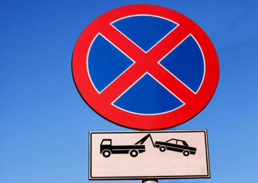Alba, in piazza Falcone non si parcheggia