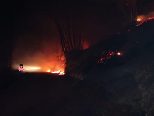 L'intervento di Aib e Vigili del fuoco, ieri sera, a Bagnolo Piemonte