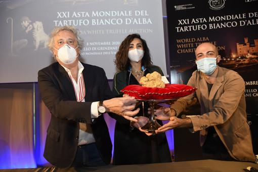 900 grammi di tartufo a un impenditore di Hong Kong per 100mila euro, l'asta mondiale albese raccoglie 482mila euro