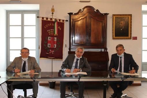 La firma del protocollo d'intesa. Da sinistra, Cornaglia, Bo e Viglione