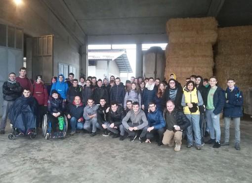 Gli studenti e gli insegnanti in visita all'azienda agricola La Fasenda dei fratelli Silvestro di Centallo