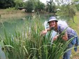 Lorenza tra la vegetazione attorno al laghetto