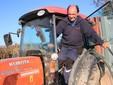Ugo scende dal trattore