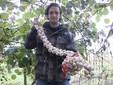 Matteo con le confezioni dell'aglio di Caraglio pronte per la vendita