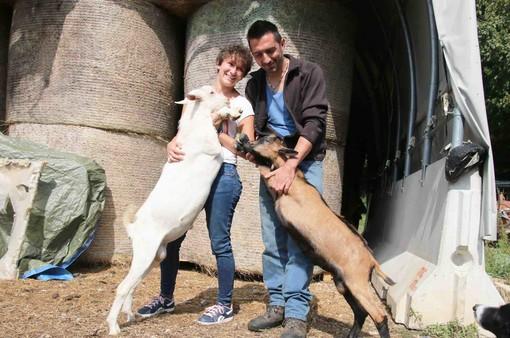 """Martina e Marco con due capre allevate nell'azienda """"I Gemei"""""""
