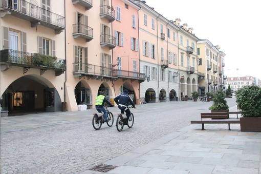 Cuneo: via Roma deserta percorsa solo dagli operatori della Polizia Municipale in bicicletta