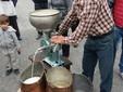 Luigi al lavoro con la scrematrice del latte durante una manifestazione
