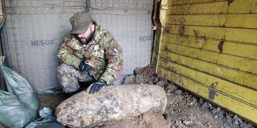 A Torino i militari del 32° Reggimento Genio Guastatori pronti a bonificare una bomba d'aereo inglese da 550 libbre