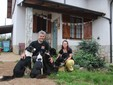 Alessio e Marzia davanti alla loro casa di Roccaforte Mondovì in compagnia dei cani