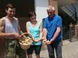 Con le patate di montagna davanti alla sede dell'azienda