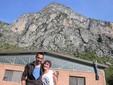 Marco e Martina di fronte al capannone e al monte Saben