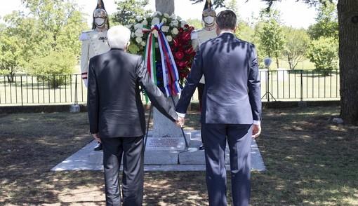 Gesto storico, il presidente Mattarella e il presidente sloveno Pahor mano nella mano davanti alla foiba di Basovizza