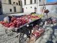 Un carro antico colmo di mele rosse in attesa delle riprese