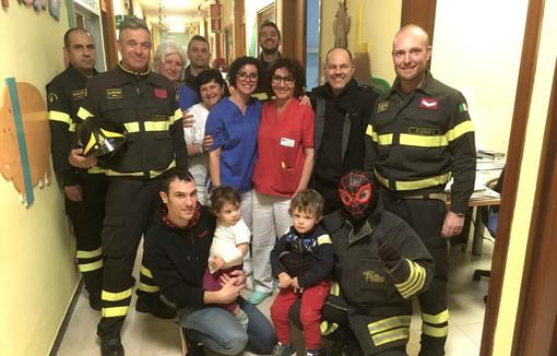 Alba, in Pediatria arrivano le calze della Befana: a recapitarle i Vigili del Fuoco (FOTO)