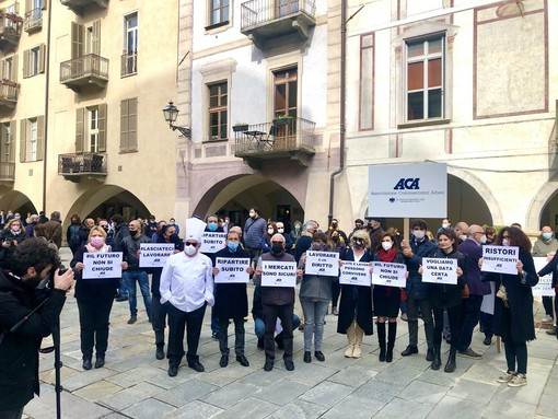 In foto un momento della manifestazione di martedì 13 aprile a Cuneo e la rappresentante dei pubblici esercizi del centro storico di Alba