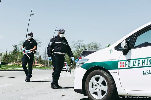 Non si ferma l'attività di controllo effettuato dagli agenti della Municipale albese (foto Barbara Guazzone)
