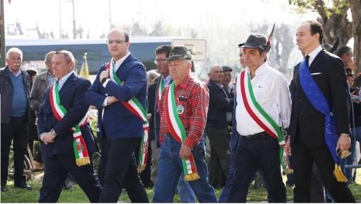 Quarto da destra Andrea Pionzo, nuovo sindaco di Treiso (Facebook)