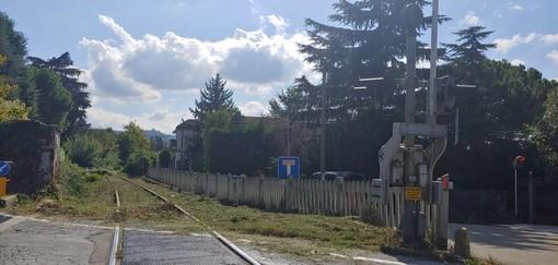 La linea ferroviaria per Asti, ferma dal 2011 per i problemi di stabilità della galleria Gheria, in territorio di Neive