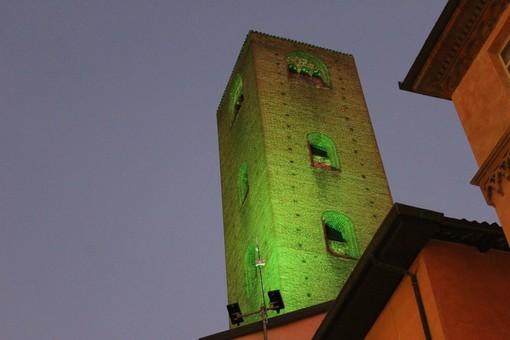 Le torri medievali illuminate di verde