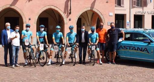 Alba: l'Astana Pro Team in piazza Risorgimento prima del 104° Gran Piemonte