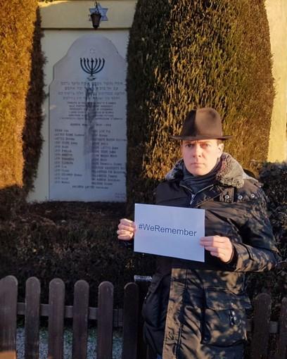 Antonio Brunetti, aderendo alla campagna #WeRemember, per non dimenticare gli orrori della Shoah, ritratto all'ingresso del cimitero ebraico di Saluzzo, accanto alla lapide che ricorda i 29 deportati ebrei saluzzesi