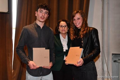 La consegna delle borse di studio. Da sinistra, Andrea Bazzano, Marinella Cristino Minetti e Alice Grasso