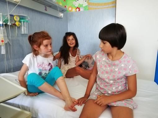 Alessandra, con le amiche Annalisa e Matilda, nell'ospedale senese