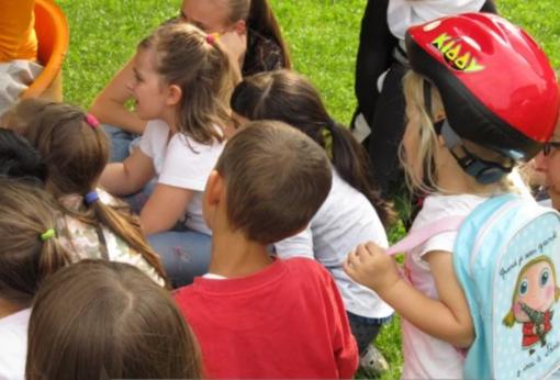 Festa di fine anno per la scuola dell'infanzia di Carrù: canti e balli all'Ala Borsarelli