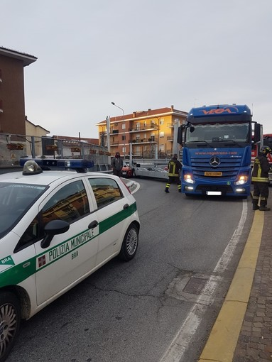 Bra, scontro tra auto e bisarca alla rotonda di via Cuneo