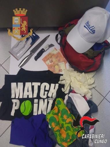 Coltelli, vestiti e denaro rinvenuti dagli inquirenti nell'auto e nell'abitazione della donna