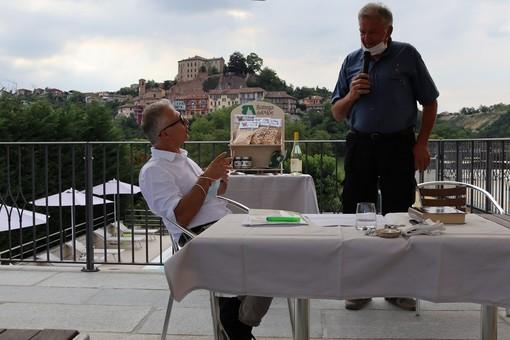 Il presidente di Bottega dell'Alpe, Silvano Icardi, con il sindaco di Castellinaldo d'Alba, Giovanni Molino