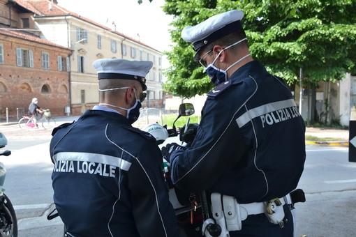 Bra, investe due ventenni sulle strisce in piazza Roma: denunciato per guida in stato di ebbrezza