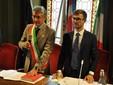 Il giuramento da sindaco, sulla Costituzione italiana, di Carlo Bo, affiancato dal Consigliere anziano Alberto Gatto