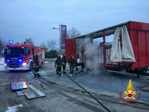 I Vigili del fuoco al lavoro per estinguere le fiamme