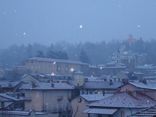 Primi fiocchi di neve anche a Bra: la magia della Zizzola imbiancata