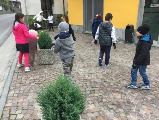 """I bambini della primaria al """"lavoro"""" per ripulire le vie di Cossano Belbo"""