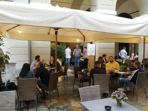 A Cuneo si prosegue con la riapertura: portici e via Roma tornano a popolarsi, con bar e ristoranti (VIDEO)