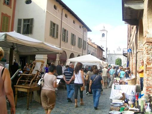 Il mercato del'antiquariato di Cherasco in un'immagine d'archivio