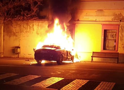 La Mercedes Cla avvolta dalle fiamme dopo lo schianto verificatosi venerdì sera a Pollenzo