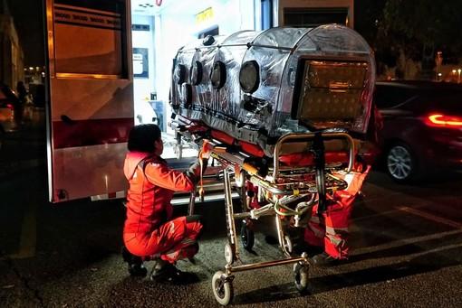 Operatori di Croce rossa durante un intervento con l'uso della barella di biocontenimento