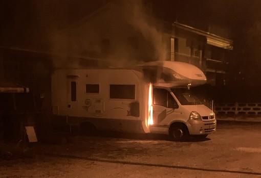 Carrù, a fuoco un camper in un parcheggio privato: sul posto i vigili del fuoco