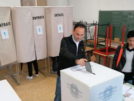 Il candidato Alberto Cirio ha votato al complesso della Maddalena di Alba insieme alla moglie Sara