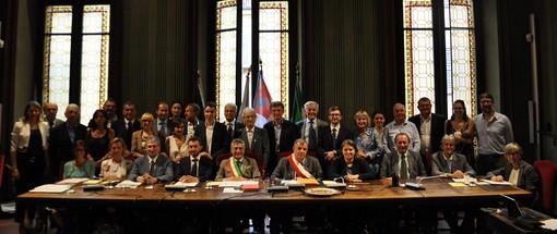 Consiglieri e assessori posano insieme al nuovo sindaco di Alba, Carlo Bo, per la foto di rito all'insediamento