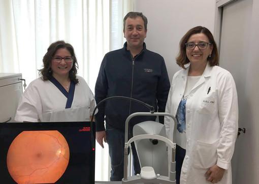 Il sindaco Enrico Faccenda consegna alla dottoressa Annamaria Nuzzi il retinografo donato all'Asl Cn2